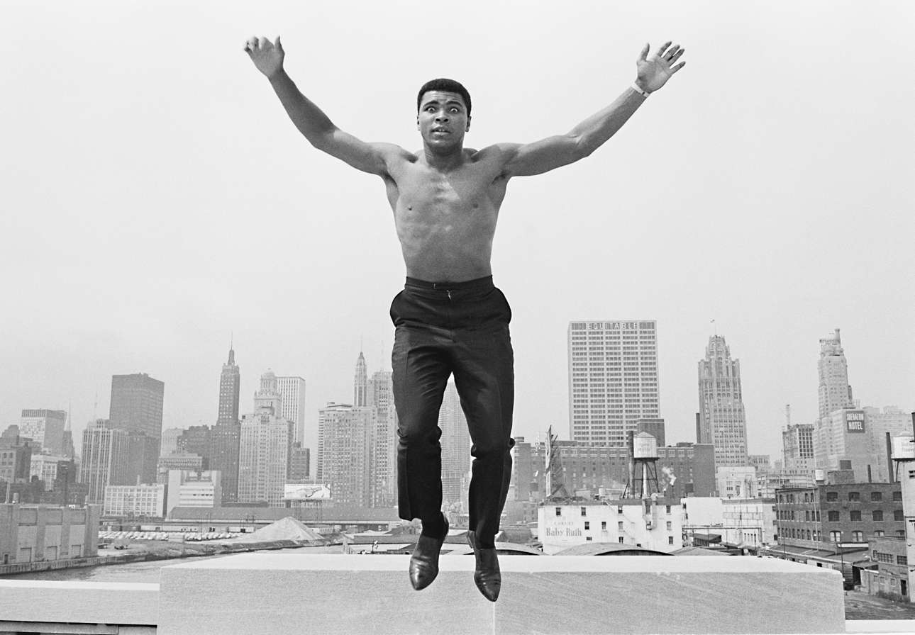 Ο Μοχάμεντ Αλι πηδάει από μία γέφυρα πάνω στον ποταμό του Σικάγου, το 1963