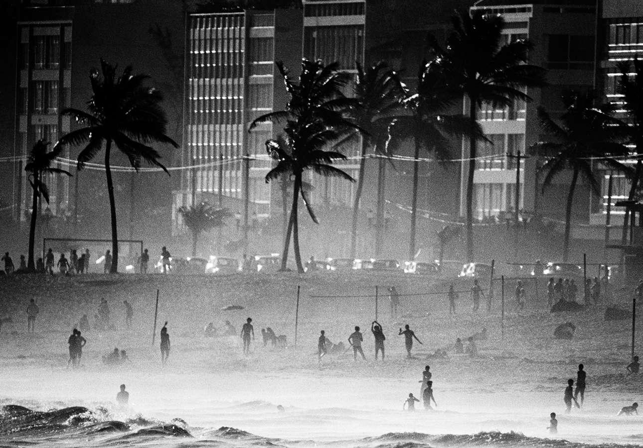 Ατμοσφαιρική, ασπρόμαυρη λήψη από την παραλία Κοπακαμπάνα στο Ρίο, το 1968
