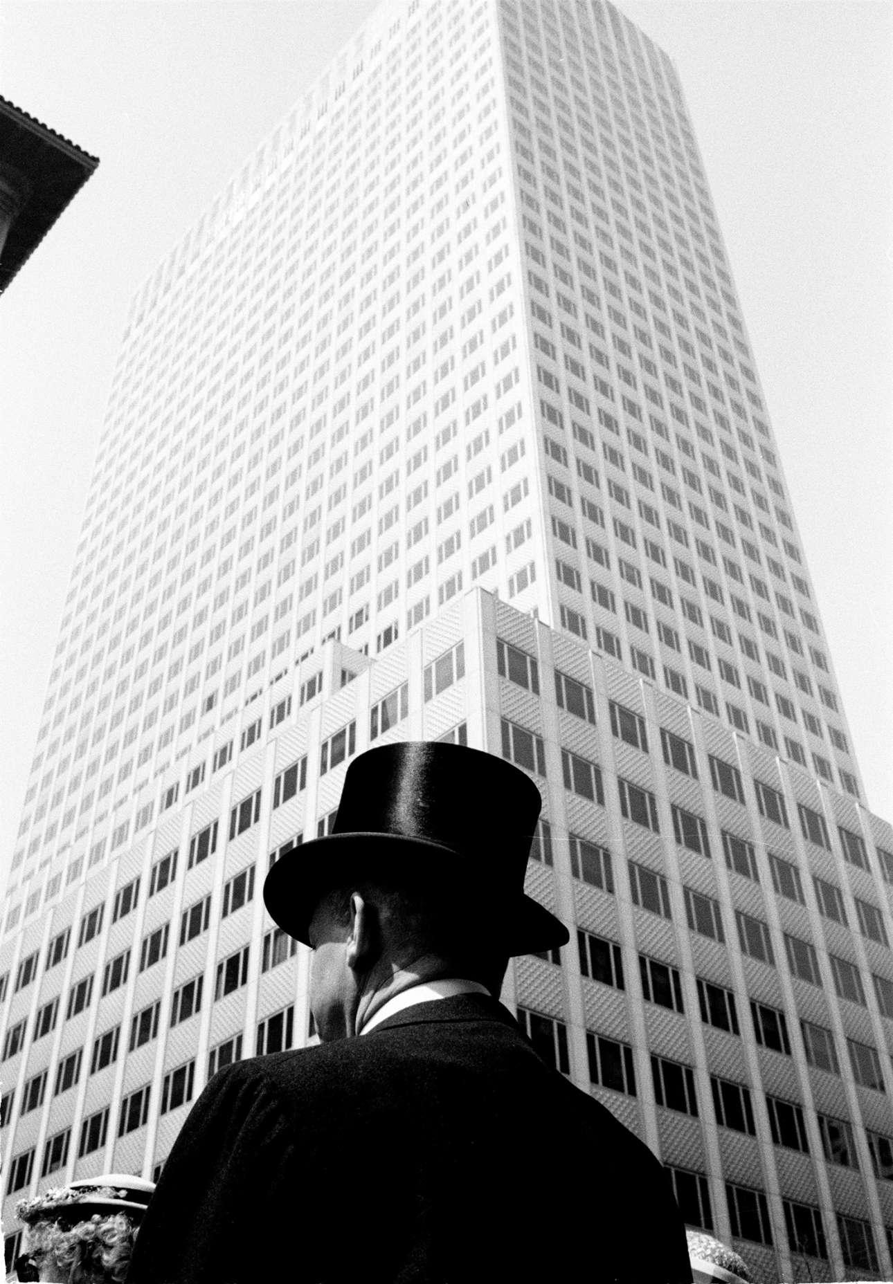 Ανδρας με ψηλό, μαύρο καπέλο στη Νέα Υόρκη του 1960