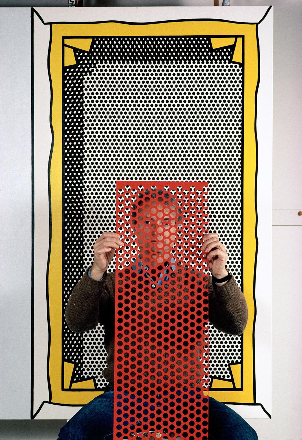 Ο Ρόι Λίχτενσταϊν ποζάρει στον φακό του Τόμας Χέπκερ και μεταμορφώνεται σε ποπ φιγούρα, όπως στους διάσημους πίνακες του