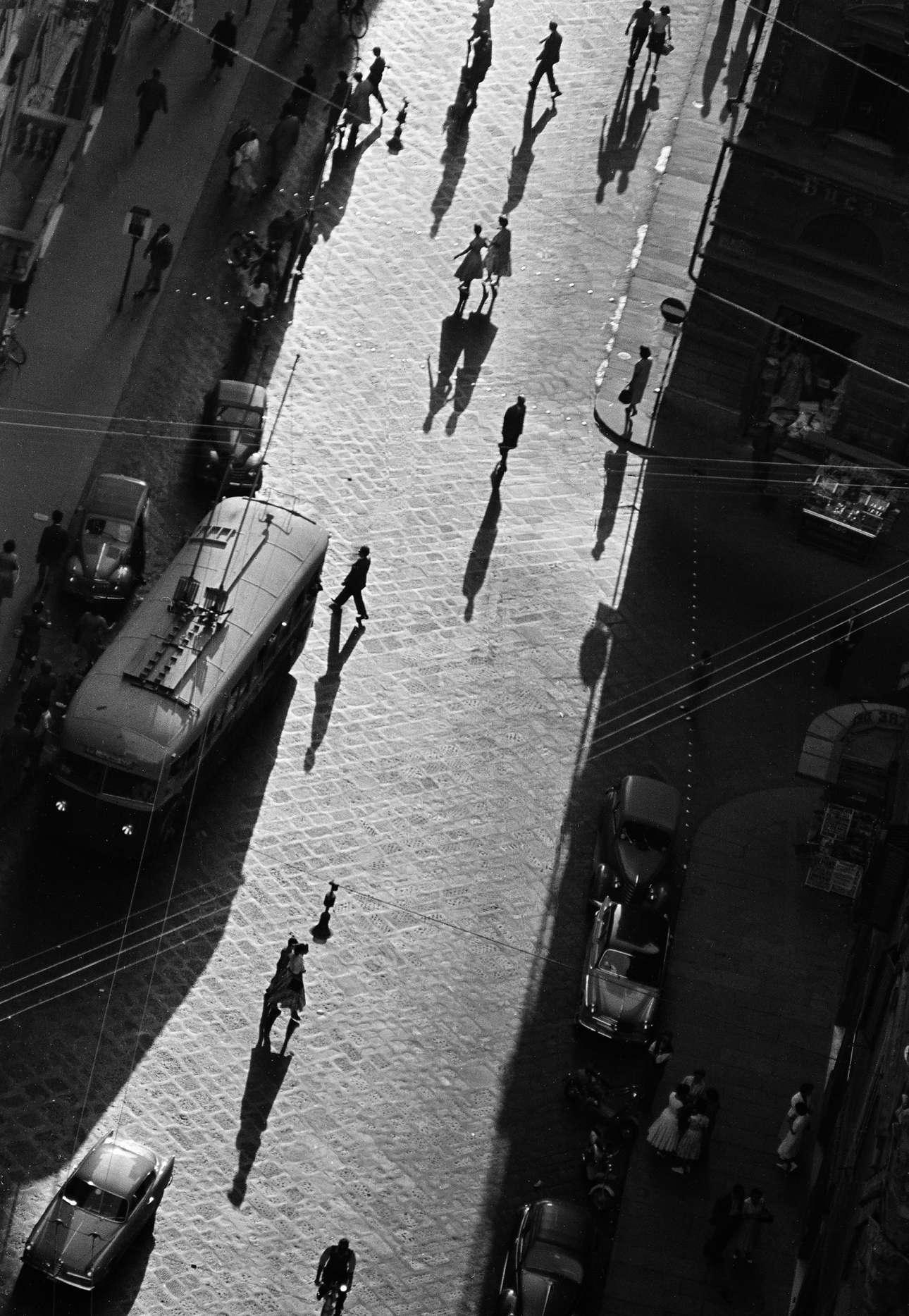 Σκιές σε δρόμο της Φλωρεντίας το 1958