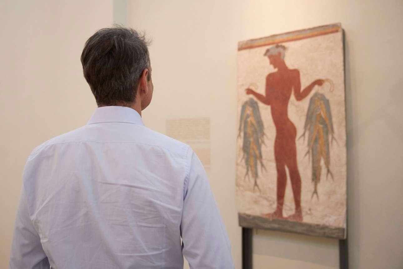 Θαυμάζοντας τα εκθέματα στο αρχαιολογικό μουσείο, στα Φηρά