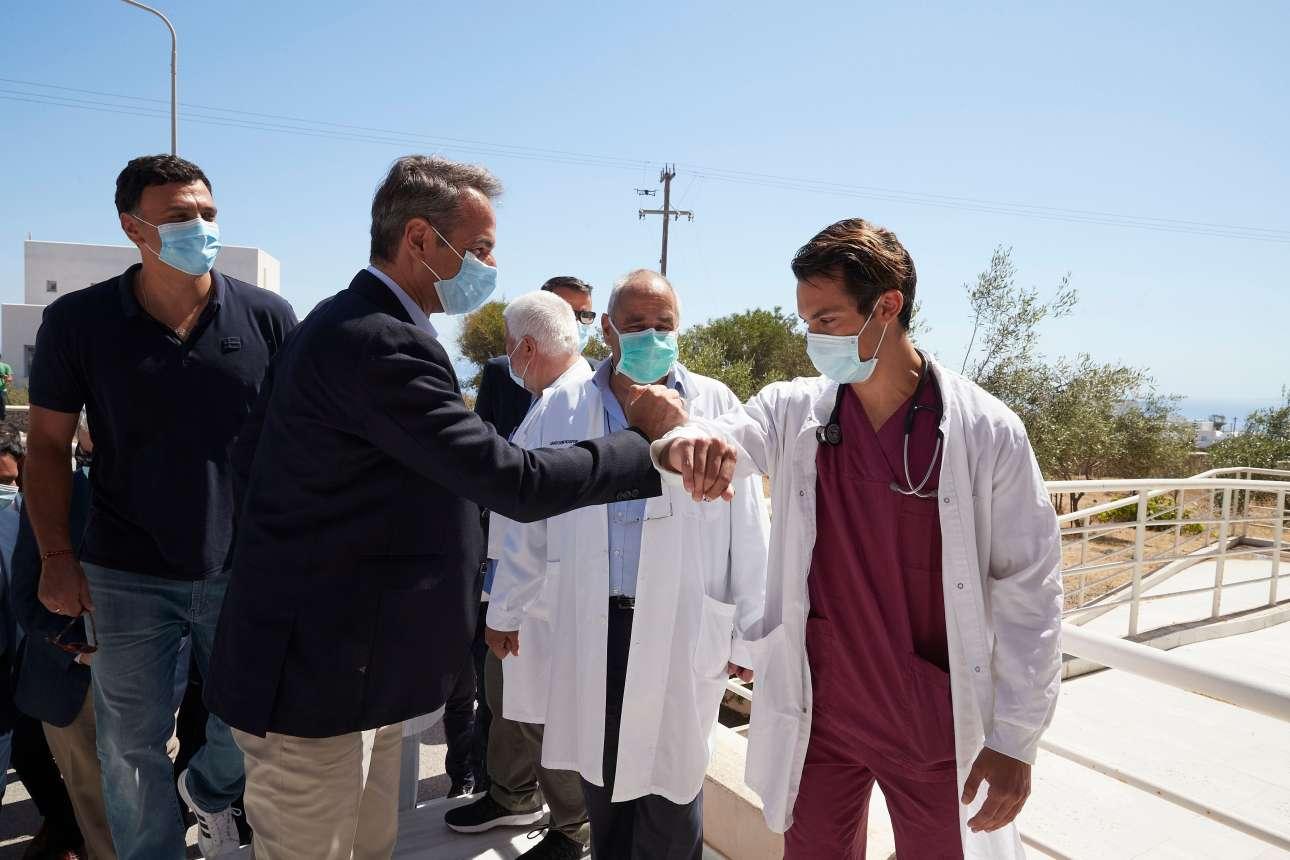 Συνοδευόμενος από τον Βασίλη Κικίλια, ο Πρωθυπουργός επισκέπτεται το νοσοκομείο της Σαντορίνης και ανταλλάσσει τη... «χειραψία του κορονοϊού» με το προσωπικό