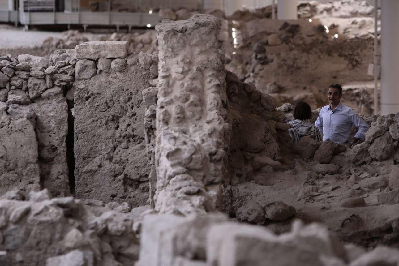 Πίσω από τις αρχαιότητες στο Ακρωτήρι, ο Κυριάκος Μητσοτάκης συνομιλεί με την υπ. Πολιτισμού Λίνα Μενδώνη