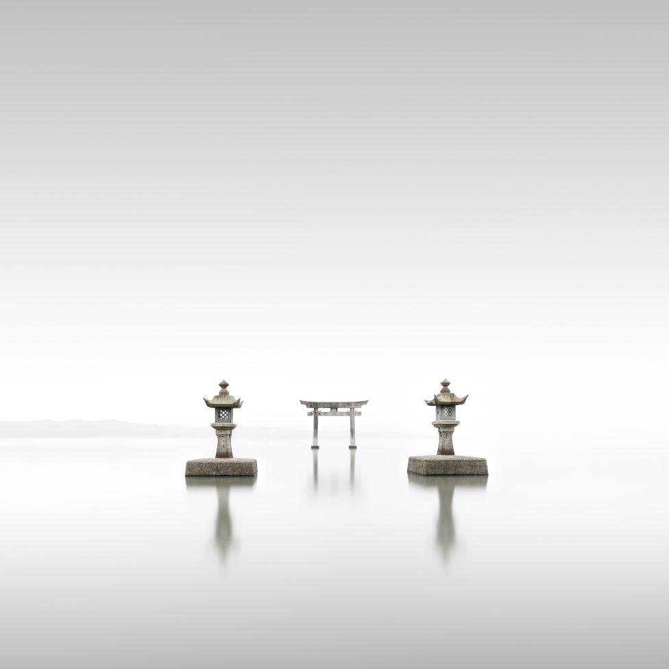 Ο Ρόνι Μπένερτ κέρδισε στην κατηγορία «Landscape» με τη σειρά «Torii» με φωτογραφίες από τις παραδοσιακές πύλες των ιερών Σίντο στην Ιαπωνία