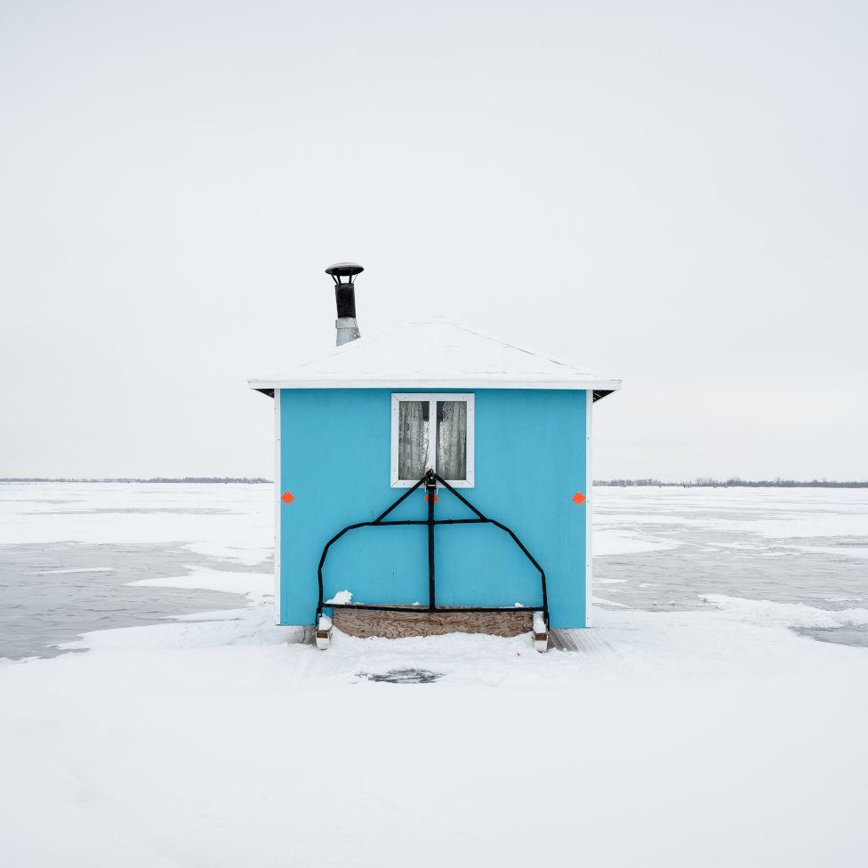 Η Σάντρα Χέρμπερ είναι η νικήτρια στην κατηγορία «Architecture»  για τη σειρά της «Καλύβες ψαρέματος στον πάγο, στη λίμνη Γουίνιπεγκ», στον Καναδά