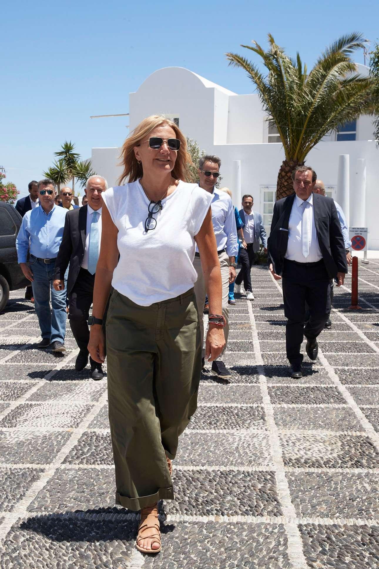 Η σύζυγος του Κυριάκου Μητσοτάκη προπορεύεται - πίσω της διακρίνεται ο Πρωθυπουργός