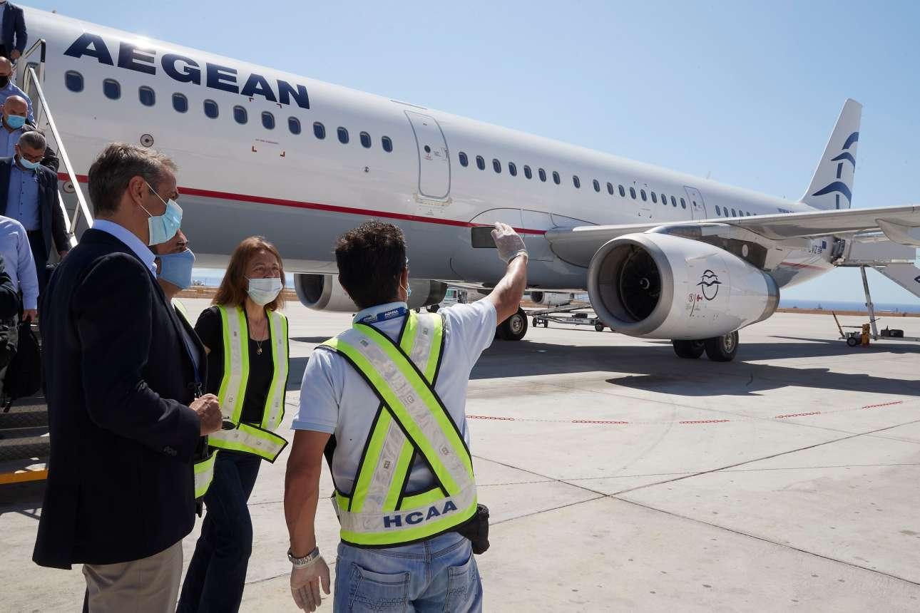 Πρωί 13ης Ιουνίου. Η άφιξη στο αεροδρόμιο της Σαντορίνης, στο νησί απ' όπου τρόπον τινά θα «εγκαινιαστεί» το ελληνικό καλοκαίρι