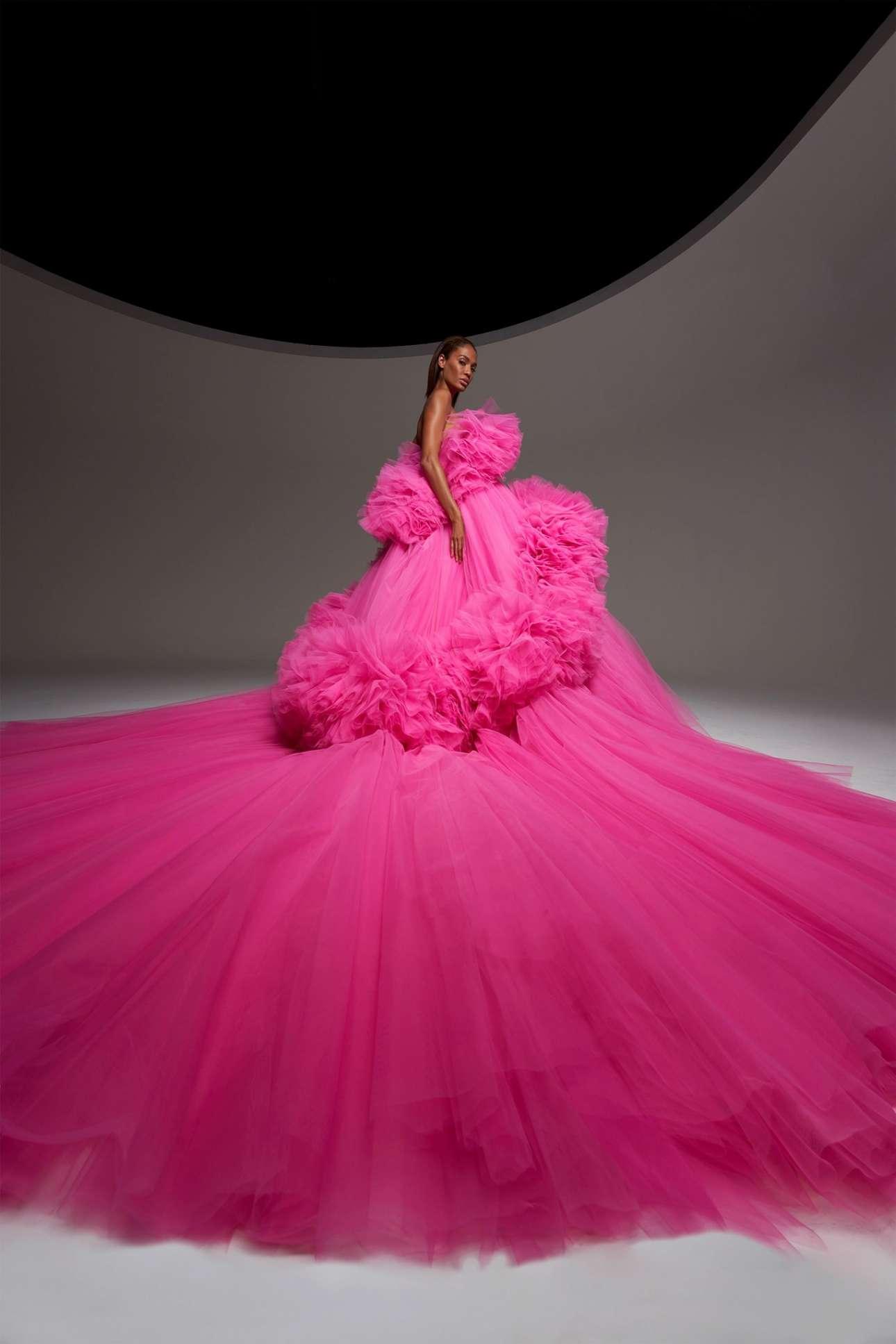 Οι αφράτες, τούλινες τουάλετες σε αποχρώσεις του ροζ και φούξια παραμένουν το σήμα κατατεθέν του οίκου ακόμα και εν μέσω πανδημίας