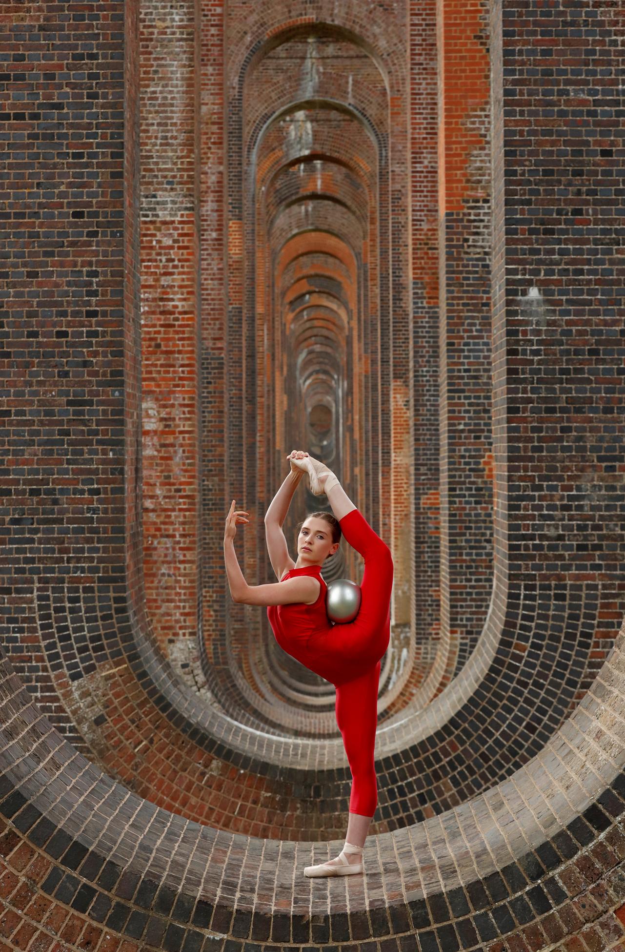 Βρετανίδα αθλήτρια της ρυθμικής γυμναστικής προπονείται ανάμεσα στις κομψές καμάρες της σιδηροδρομικής γέφυρας στη γραμμή Λονδίνο – Μπράιτον, στο Σάσεξ