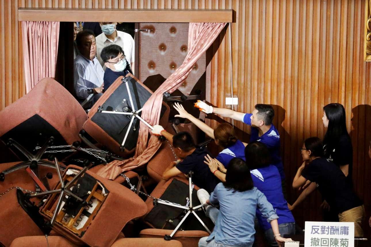 Και στην Ταϊβάν ο εξωτικός (για τους ντόπιους) κοινοβουλευτισμός χαρίζει συγκινήσεις (στους ντόπιους), όταν τα λόγια μεστώνουν και γίνονται έργα και η θεωρία πραγματώνεται