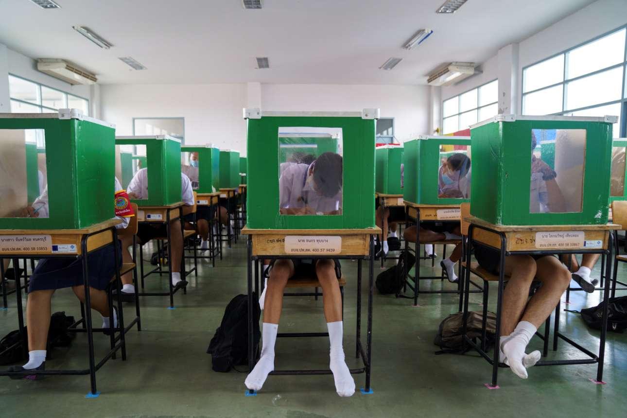 Τα περιοριστικά μέτρα στα σχολεία της Ταϊλάνδης ισχύουν, αλλά οι μαθητές φαίνονται απτόητοι και επιμελείς. Σωστό εργατικό μελίσσι η τάξη: κάθε θρανίο έχει την κυψέλη του