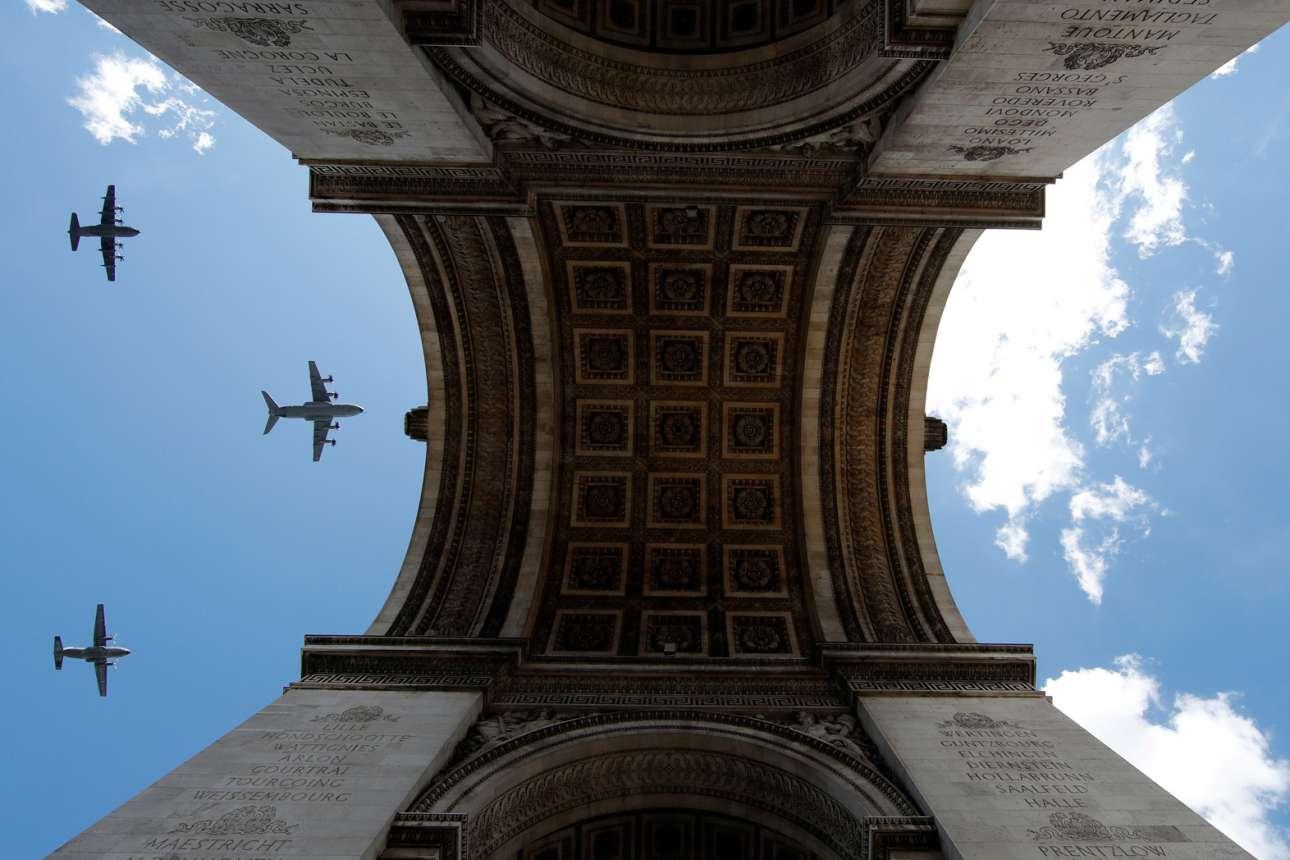 Γαλλικά πολεμικά αεροσκάφη πετούν πάνω από την Αψίδα του Θριάμβου στο Παρίσι. Ομορφο καρέ από την πρόβα για τους εορτασμούς της Ημέρας της Βαστίλης, στις 14 Ιουλίου