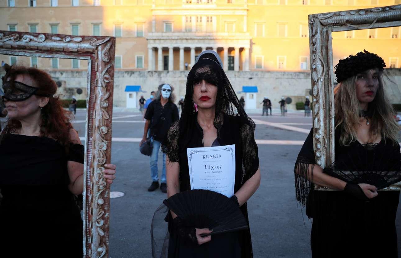 Στην Ελλάδα η Τέχνη ανέκαθεν έβαφε με μαύρο χρώμα το γυναικείο ρούχο. Διότι δηλώνει το πένθος, θυμίζει τη γιαγιά, κόβει τα κιλά. Το μαύρο είναι σικ και γράφει καλά ακόμα και στη διαδήλωση για την υπεράσπιση της διαδήλωσης