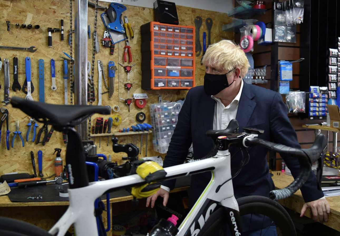 Αντιμετωπίζοντας νέα έξαρση της επιδημίας της Covid-19 και έχοντας παράλληλα κηρύξει πόλεμο στην παχυσαρκία, ο βρετανός πρωθυπουργός Μπόρις Τζόνσον δίνει το μήνυμα: φοράει μάσκα και επισκέπτεται ένα ποδηλατάδικο στο Μπίστον, κοντά στο Νότιγχαμ. Στόχος οι Βρετανοί να χρησιμοποιούν περισσότερο το ποδήλατο για τις μετακινήσεις τους