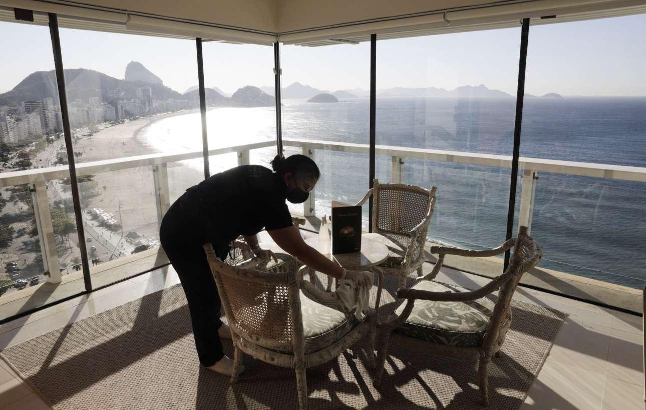 H θέα συγκλονιστική, η υπέροχη ακτογραμμή του Ρίο ντε Τζανέιρο. Ομως τα ξενοδοχεία, όπως το «Othon Palace», παραμένουν άδεια από τουρίστες - η καθαρίστρια απλώς κάνει τη δουλειά της σχολιαστικά