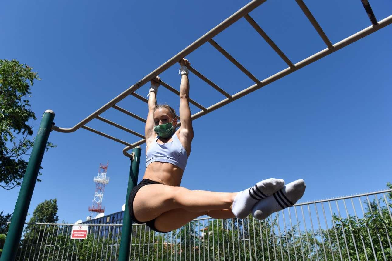 Μπορείς να γυμναστείς φορώντας μάσκα; Η σέρβα αθλήτρια που εκτελεί τις ρουτίνες της σε πάρκο στο Βελιγράδι -και ενώ ο κορονοϊός έχει επιστρέψει δριμύτερος- αποδεικνύει ότι μπορείς