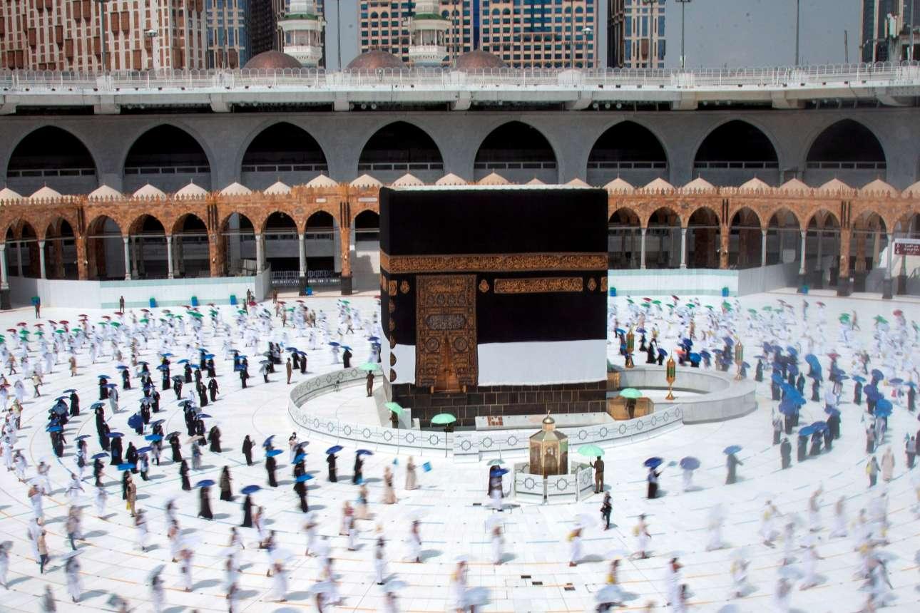 Μέκκα 2020 - ο κορονοϊός χτύπησε και το Χατζ, τη μεγάλη γιορτή του μουσουλμανικού κόσμου. Εκεί όπου μέχρι πέρυσι ο συνωστισμός ήταν απόδειξη θρησκευτικής πίστης, τώρα οι πιστοί διατηρούν αποστάσεις ασφαλείας στον κύκλο της Καμπάα, στο Μεγάλο Τέμενος στη Μέκκα
