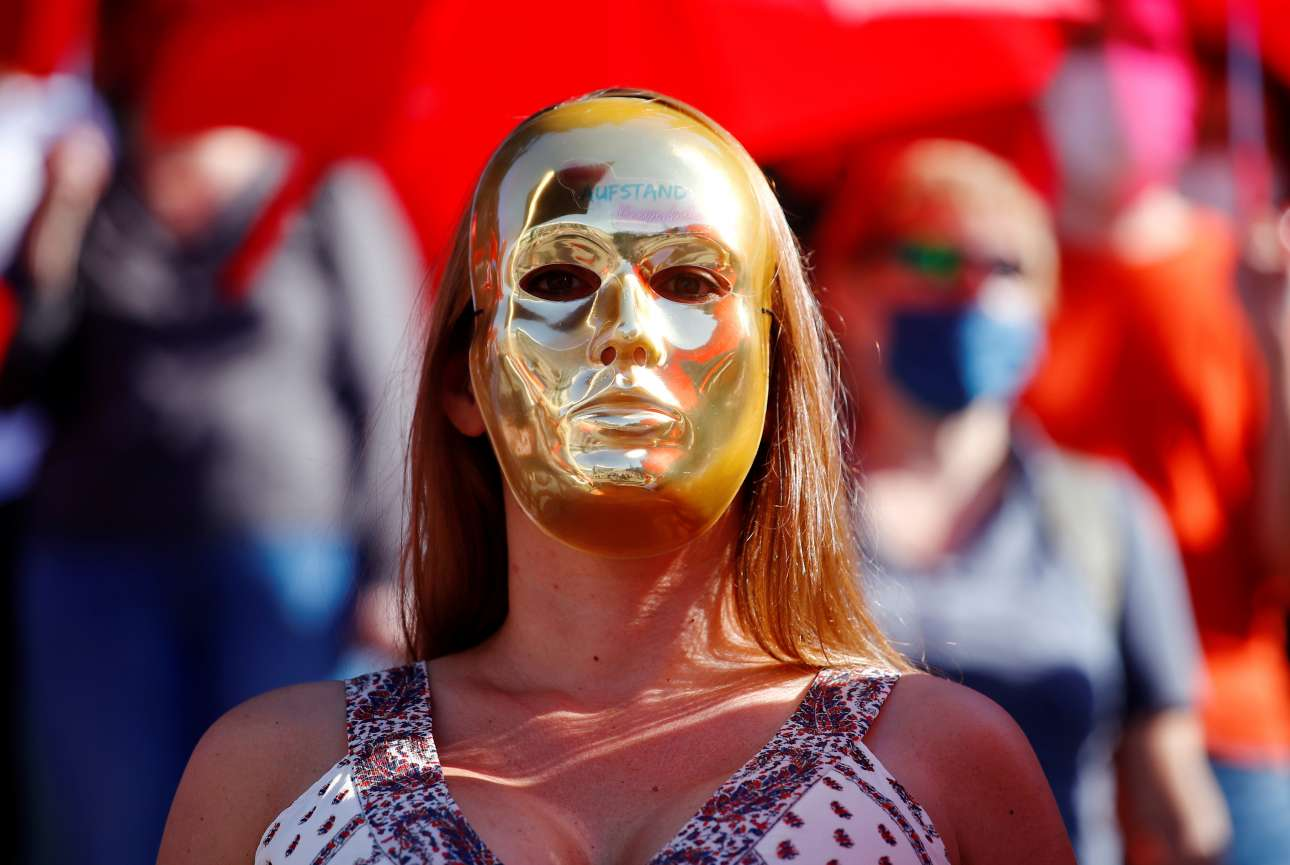 Τετάρτη, 29 Ιουλίου Κολωνία. Φορώντας μια μάσκα που στο μέτωπο γράφει «εξέγερση», μια ιερόδουλη διαμαρτύρεται στο κέντρο της γερμανικής πόλης για το lockdown που επέβαλε η τοπική κυβέρνηση στους οίκους ανοχής, στο πλαίσιο της αντιμετώπισης του κορονοϊού