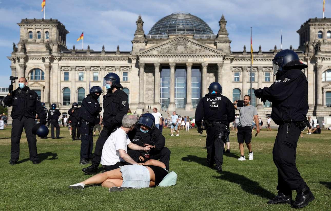 Σάββατο, 1η Αυγούστου, Βερολίνο. Δυνάμεις καταστολής διαλύουν συγκέντρωση διαμαρτυρίας κατά των περιοριστικών μέτρων για τον κορονοϊό, στο πάρκο κοντά στο Ράιχσταγκ,