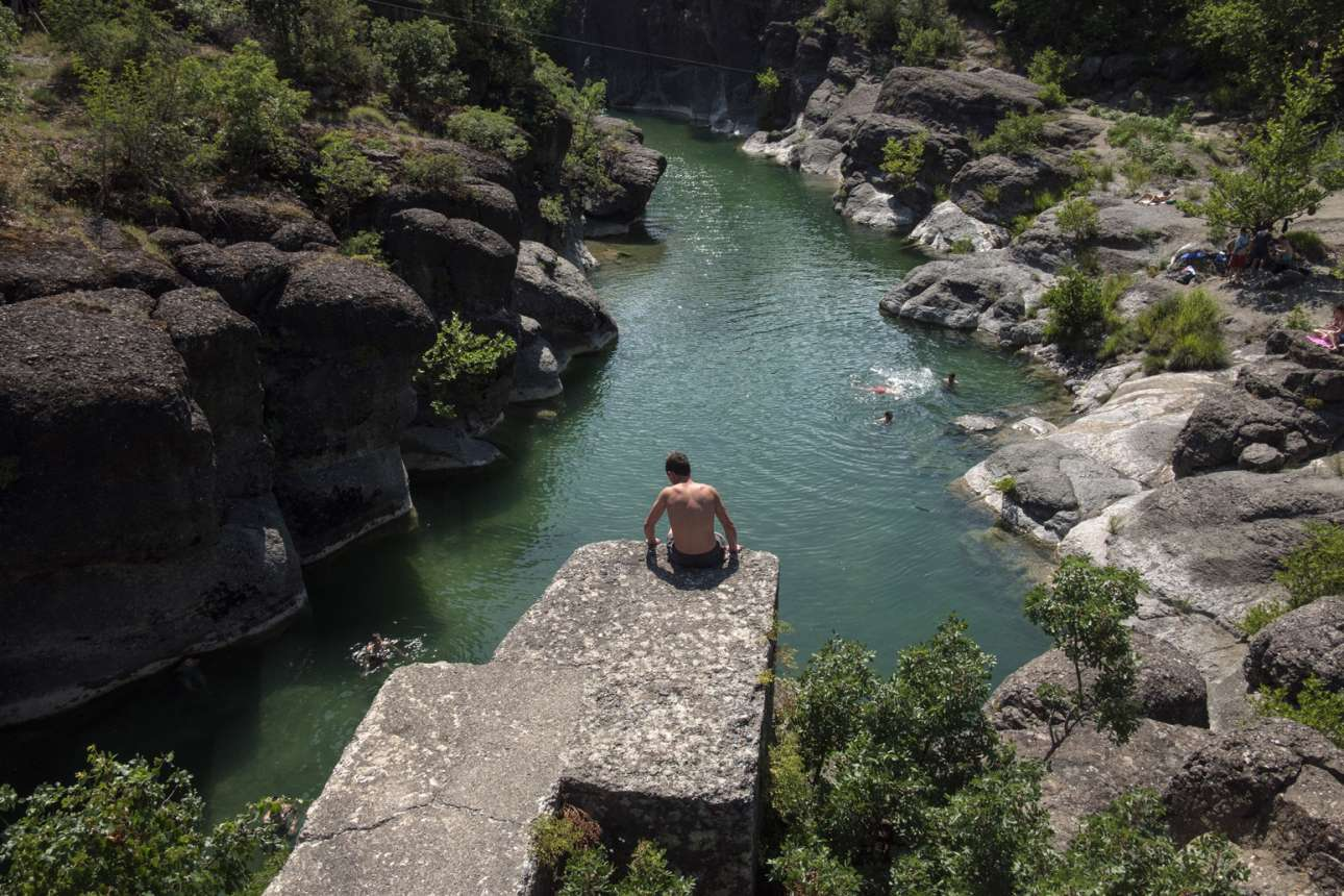 Στον δρόμο από τα Τρίκαλα για τα Γρεβενά μπορείς να σταματήσεις και να κάνεις μια βουτιά, να δροσιστείς. Το ήξερες; Προς Θεού, μην πέσεις από τα Μετέωρα! Βούτα καλύτερα στον ποταμό Βενέτικο, της Μακεδονίας