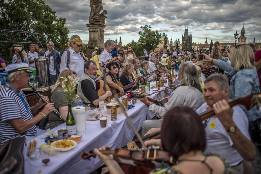 Μισό χιλιόμετρο τραπέζι έστρωσαν για γλεντοκόπι στην Πράγα, να γιορτάσουν τη χαλάρωση των μέτρων. Και κάθισε κόσμος και κοσμάκης εκεί, χύμα, χωρίς προφυλάξεις. Αν έγινε το κακό θα το ξέρουμε σε μερικές ημέρες