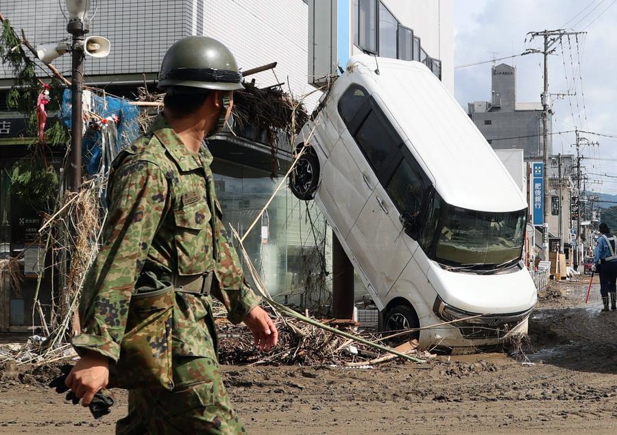 Καταστροφές προκάλεσαν οι πλημμύρες στην ιαπωνική πόλη Χιτογιόσι, και η φωτογραφία το μαρτυρεί με αδιαμφισβήτητο τρόπο. Υπάρχουν δεκάδες νεκροί και αγνοούμενοι, έτσι ο στρατός βγήκε στους δρόμους και περιπολεί