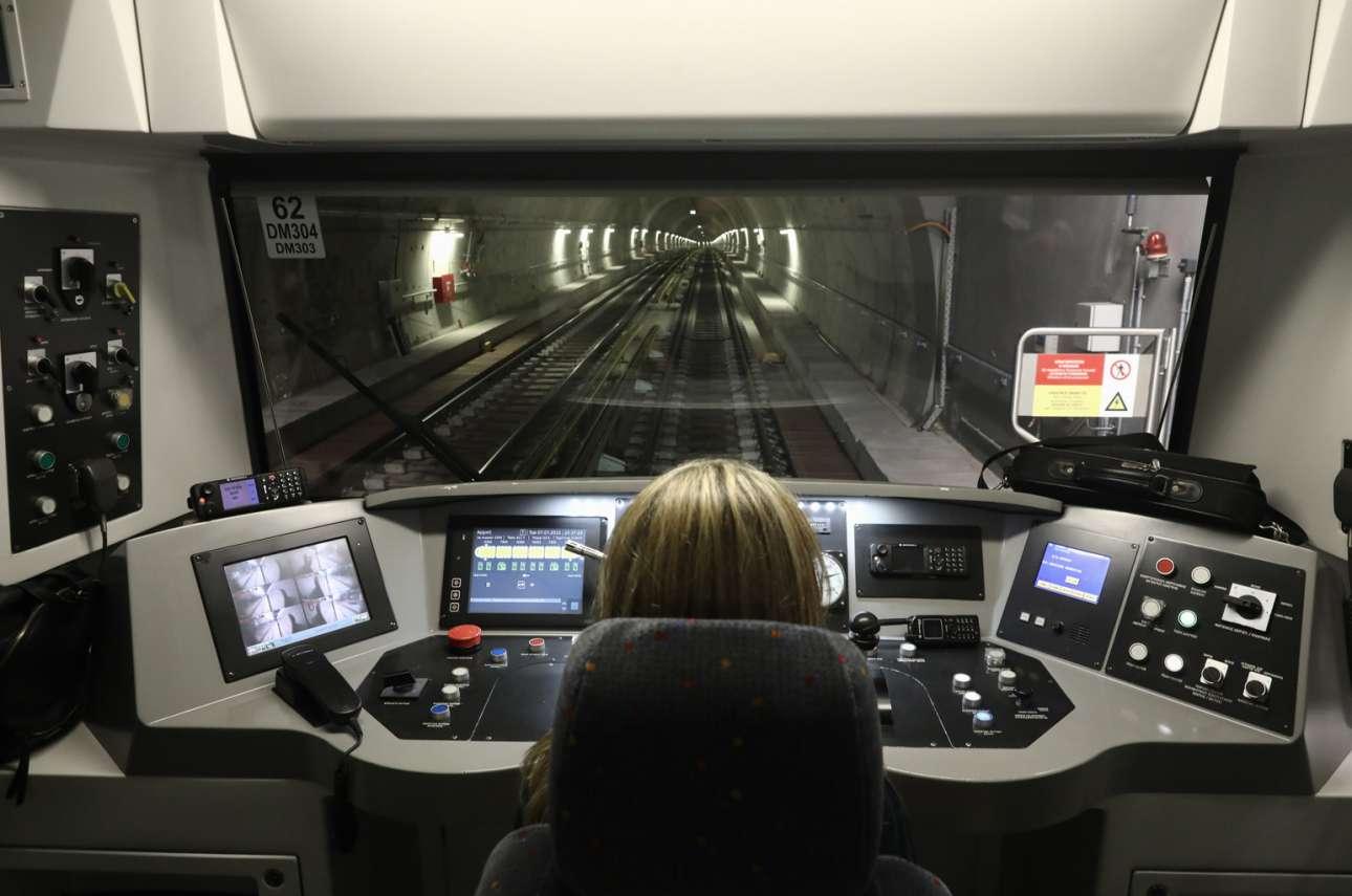 Πάντα δεν ήθελες να δεις το τούνελ του αθηναϊκού μετρό από το πιλοτήριο του τρένου; Δεν είσαι ο μόνος. Το στιγμιότυπο τραβήχτηκε την πρώτη ημέρα λειτουργίας των νέων σταθμών της «μπλε» γραμμής, που πλέον φθάνει έως τη Νίκαια