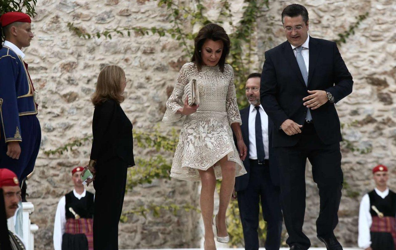 Η πρόεδρος της Επιτροπής «Ελλάδα 2021» Γιάννα Αγγελοπούλου καταφθάνει πλάι στον περιφερειάρχη Κεντρικής Μακεδονίας Απόστολο Τζιτζικώστα