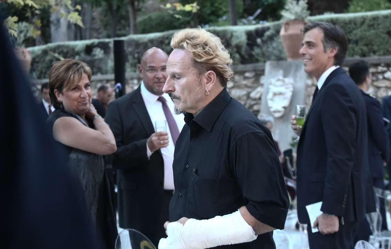 Ο σκηνοθέτης Μιχάηλ Μαρμαρινός έκλεψε, τρόπον τινά, την παράσταση καθώς εμφανίστηκε στη δεξίωση με σπασμένο χέρι. Του ευχόμαστε ταχεία ανάρρωση και περαστικά