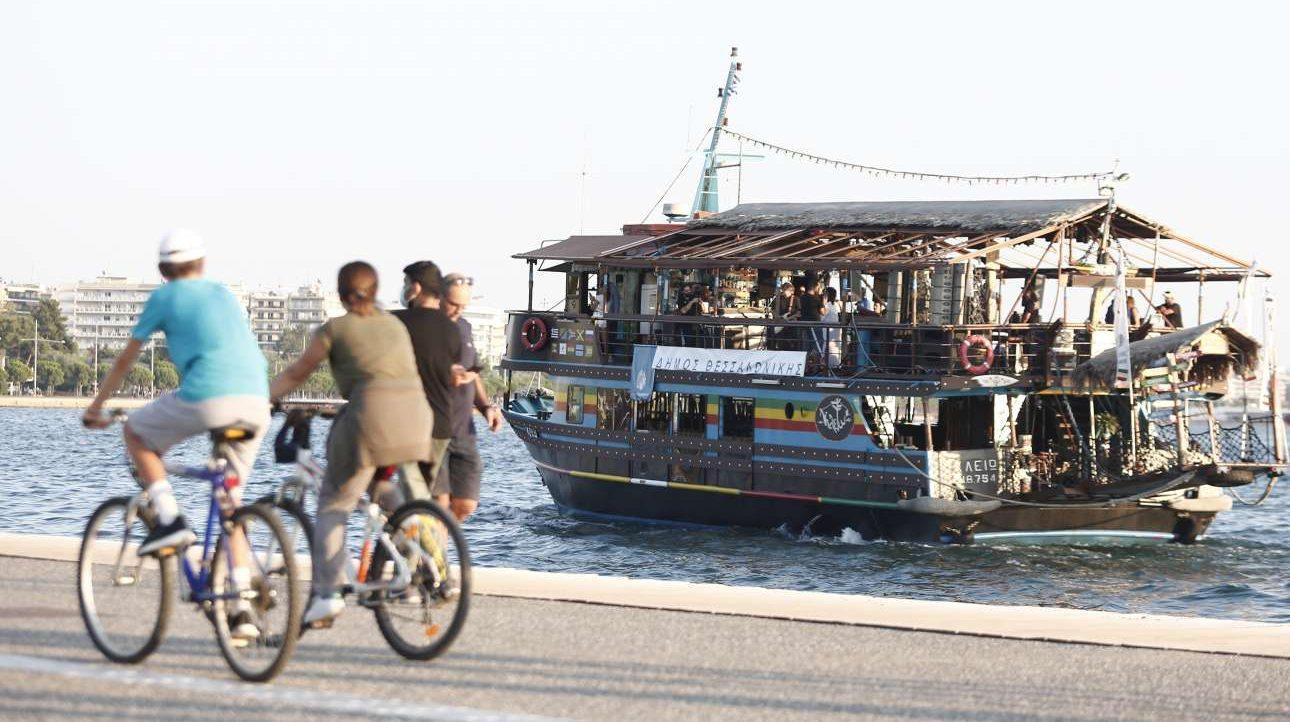 «Τα καράβια μου καίω...». Το απόγευμα της Τετάρτης, 29 Ιουλίου, ο Νίκος Πορτοκάλογλου έδωσε μια διαφορετική συναυλία: επάνω στα περίφημα καραβάκια της Θεσσαλονίκης γέμισε με μελωδίες την παραλία της πόλης