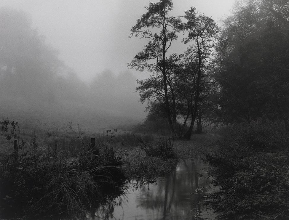Ο ποταμός Αλχαμ που διασχίζει το χωριό μου στο Σόμερσετ, στα μέσα της δεκαετίας του 1990. Ο βρετανός φωτογράφος συχνά αναφέρει ότι η μεγαλύτερη σωτηρία του οφείλεται στην ύπαιθρο της πατρίδας του και την αποτυπώνει με δυνατές ασπρόμαυρες φωτογραφίες που προκαλούν έντονα συναισθήματα στον θεατή