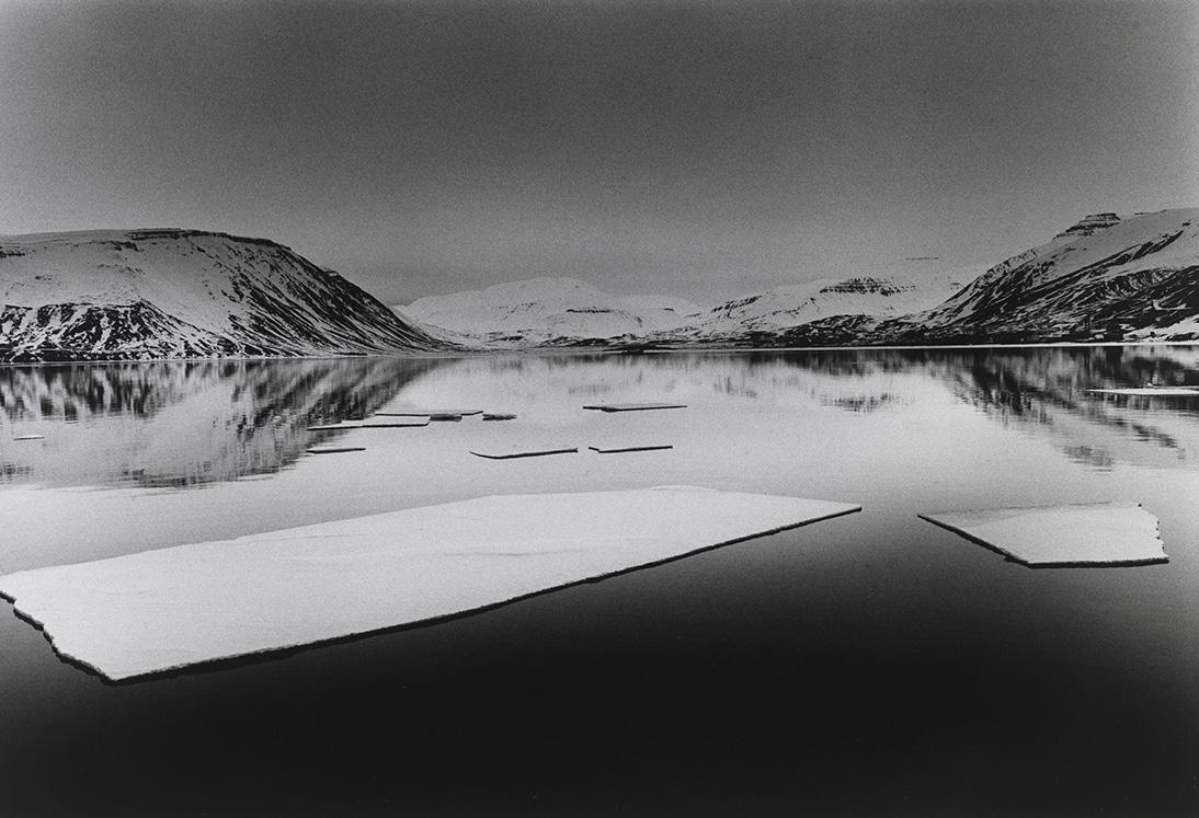 Η ακραία Αρκτική, Νορβηγία 2019. Στην έκθεση «Stillness of Life» περιλαμβάνονται άγνωστα τοπία της Αρκτικής που φωτογράφισε ο ΜκΚάλιν κατά τη διάρκεια ενός ταξιδιού στο Σβάλμπαρντ. Ήταν μια φιλοδοξία ζωής να «βυθιστεί» σε αυτό το συνεχώς μεταβαλλόμενο εχθρικό περιβάλλον. Όπως με τις περισσότερες εικόνες τοπίου του, αυτή η υποβλητική σειρά ξεδιπλώνει την ομορφιά του φυσικού μας περιβάλλοντος και μας θυμίζει την ευθραυστότητά του.
