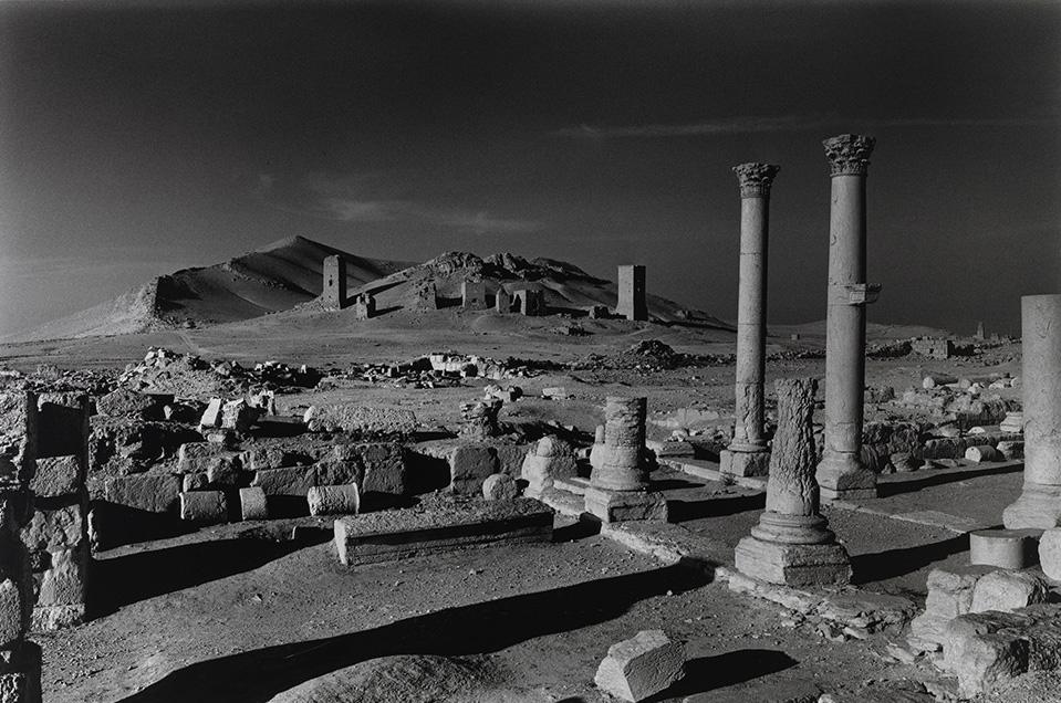 Η Κοιλάδα των Τάφων που κατέστρεψε ο ISIS, Παλμύρα, Συρία 2016. Ο Ντον ΜκΚάλιν ένας από τους σημαντικότερους πολεμικούς φωτογράφους στα τέλη του 20ου αιώνα είναι κυρίως γνωστός για τα ρεπορτάζ και την κριτική κοινωνική του τεκμηρίωση. Σε όλη τη διάρκεια της καριέρας του, βρέθηκε στα όρια του πολιτισμού, καταγράφοντας σκηνές καθώς εκτυλίσσονται με την ακαταμάχητη διαίσθησή του.