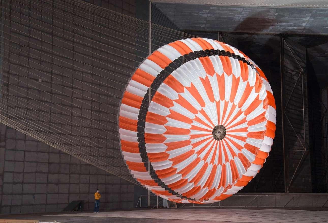 To αλεξίπτωτο. Εικόνες από τους ελέγχους στο τεράστιο αλεξίπτωτο που θα χρησιμοποιηθεί για την ομαλή προσεδάφιση του ρόβερ στην αρειανή επιφάνεια. Οι έλεγχοι αυτοί έγιναν στο Κέντρο Ερευνών Ames της NASA στην Καλιφόρνια