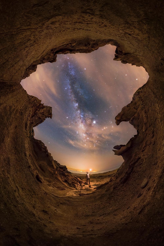 «Όμορφες νύχτες του Περσικού Κόλπου» Σε ένα από τα πολλά μονοπάτια πεζοπορίας κατά μήκος της ακτής του Ιράν, ο εικονιζόμενος φωτογράφος ανακάλυψε αυτή το απίθανο μέρος και απαθανάτισε τον Γαλαξία σε μια πανοραμική εικόνα 360 μοιρών