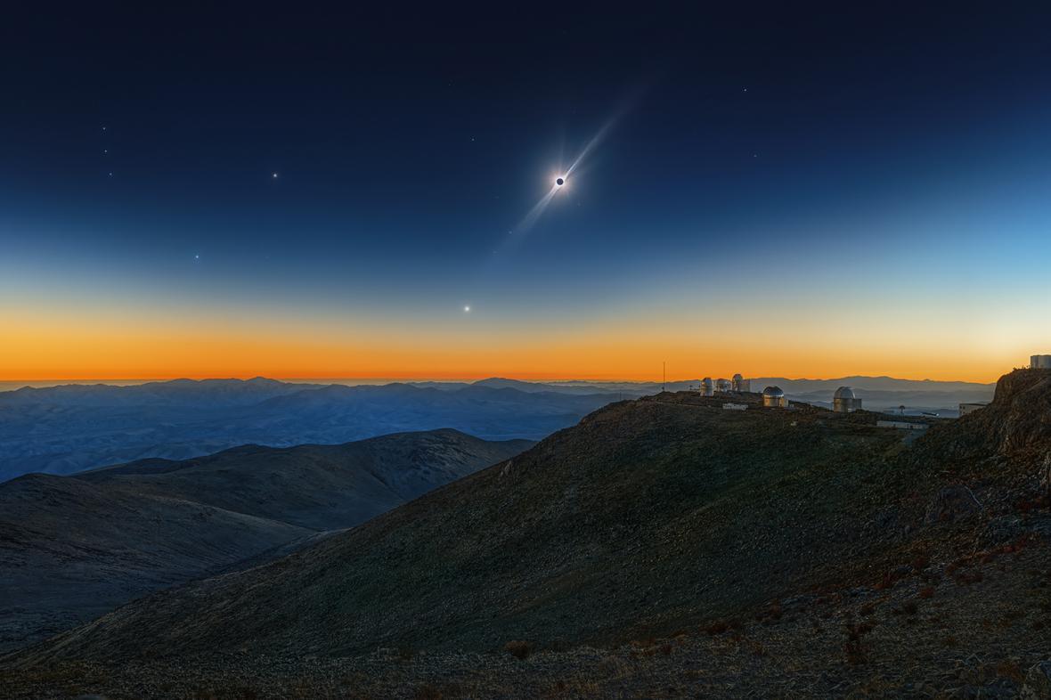 Εντυπωσιακή ολική έκλειψη Ηλίου πάνω από το αστεροσκοπείο La Silla στην έρημο Ατακάμα της Χιλής. Ο φωτογράφος ευθυγράμμισε και στοίβαξε 96 καρέ μαζί, αποκαλύπτοντας τις λωρίδες και την αχνή κορώνα. Τα αστέρια έγιναν επίσης ορατά, συμπεριλαμβανομένου του Betelgeuse, αριστερά, το οποίο άρχισε να εξασθενεί τους επόμενους μήνες