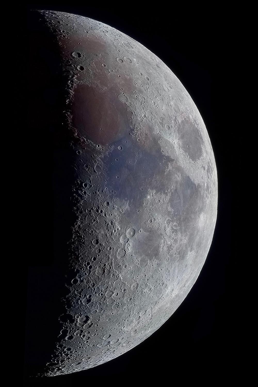 Αυτή η εικόνα της Σελήνης, με φωτισμό 39 τοις εκατό, αποτυπώθηκε μέσω 11 βίντεο διαφορετικών περιοχών, τα οποία έπειτα συνδέθηκαν όλα μαζί. Η διαδικασία κορεσμού αποκάλυψε τις ορυκτές συνθέσεις στους σεληνιακούς βασάλτες της επιφάνειας. Τα έντονα καφέ και μπλε οφείλονται στις υψηλές συγκεντρώσεις τιτανίου και σιδήρου