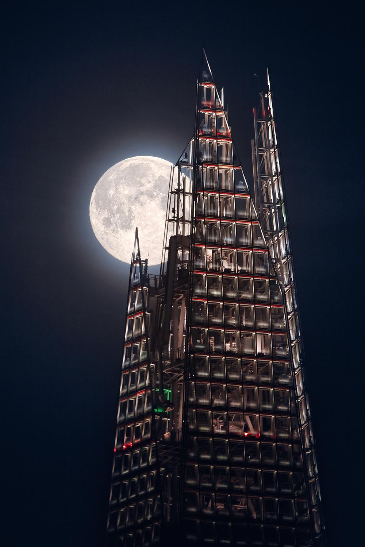 Η πανσέληνος ανατέλλει πίσω από τον ουρανοξύστη Σαρντ στο Λονδίνο, σε μία εκπληκτική λήψη