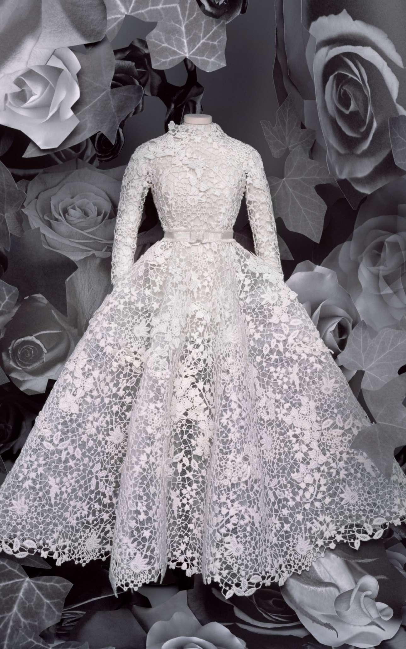 Ενα άλλο χαρακτηριστικό φόρεμα Dior από τη φετινή συλλογή, με δαντέλα από πάνω ως κάτω