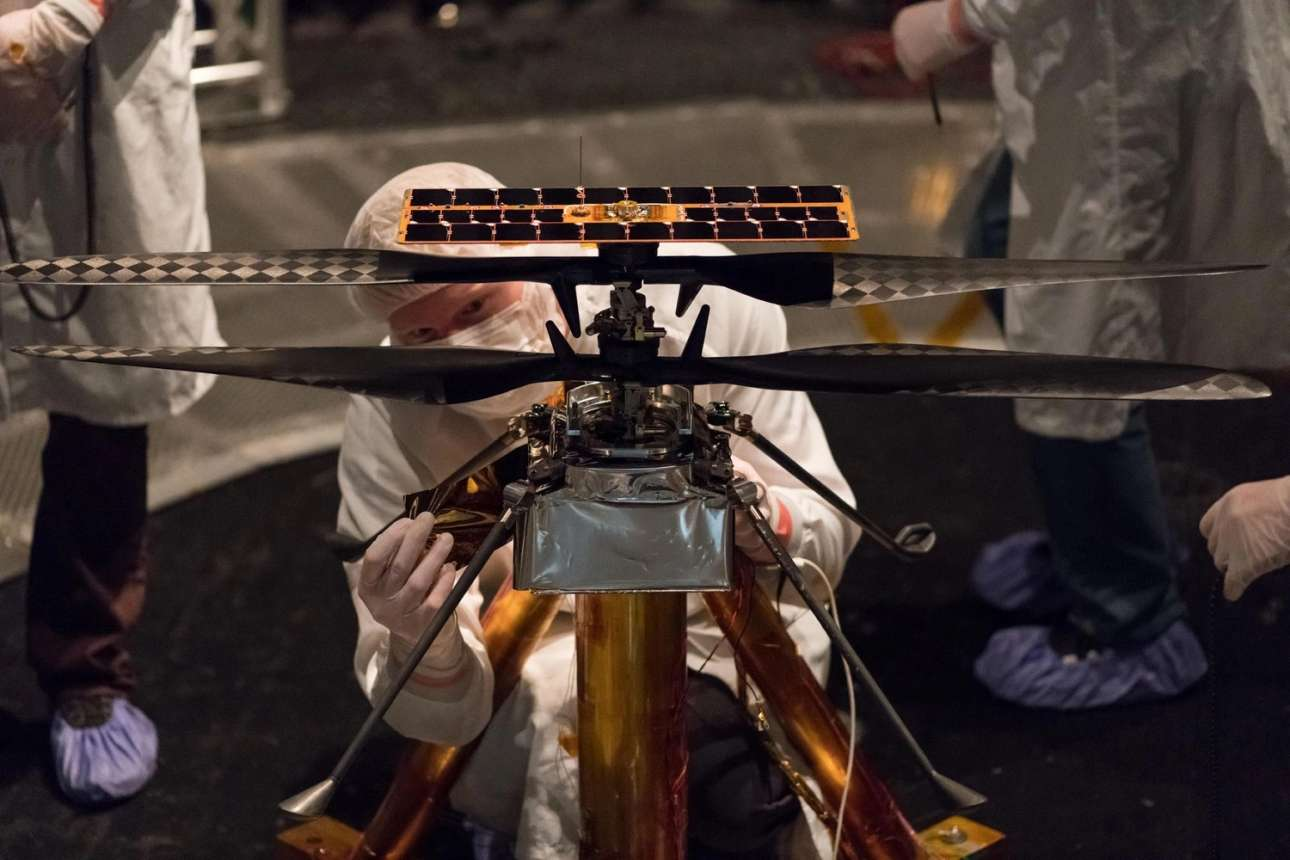Το drone. Μέλη της ομάδας κατασκευής του drone που συνοδεύει το ρόβερ τοποθετούν μια ταινία θερμικής προστασίας σε αυτό στις εγκαταστάσεις του Εργαστηρίου Αεριώθησης της NASA