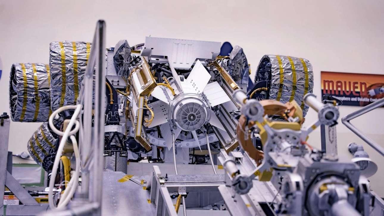 H γεννήτρια. Στο Διαστημικό Κέντρο Κένεντι έγινε η τοποθέτηση στο ρομπότ του Multi-Mission Radioisotope Thermoelectric Generator, του συστήματος παροχής ενέργειας. Το σύστημα παραγωγής πυρηνικής ενέργειας παρέχει 110 watts ηλεκτρικής ενέργειας στο ρόβερ, η οποία θα του επιτρέπει να λειτουργεί χωρίς προβλήματα όλα του τα όργανα, αλλά και να το διατηρεί ζεστό, τόσο στις παγωμένες νυχτερινές θερμοκρασίες όσο και κατά τη διάρκεια του χειμώνα