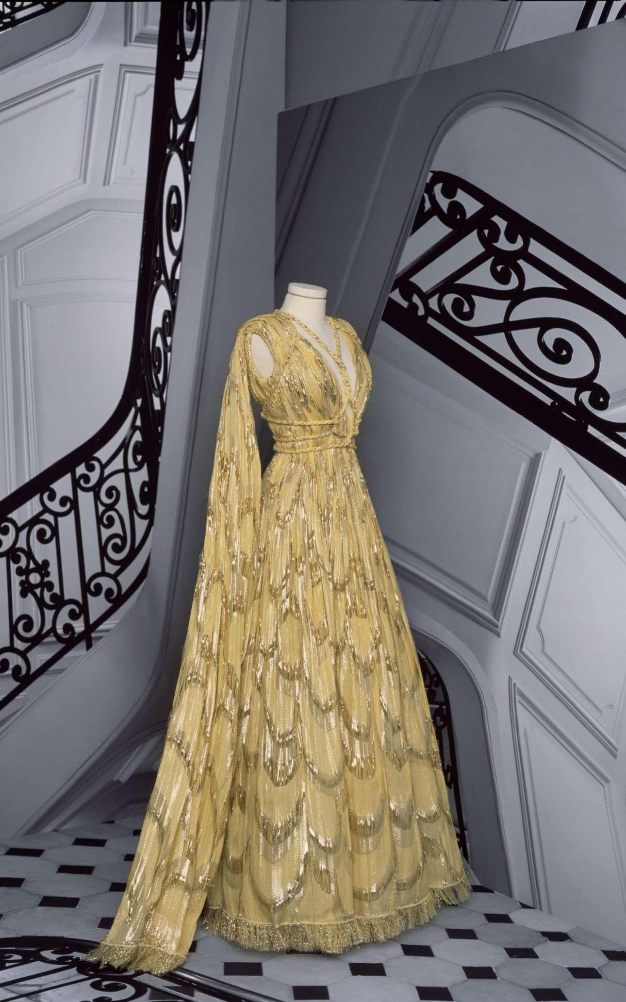 Η καλλιτεχνική διευθύντρια του Christian Dior Μαρία Γκράτσια Κιουρί οραματίζεται τη γυναίκα ως μία σύγχρονη γοργόνα με αυτό το χρυσό, κεντημένο με παγιέτες φόρεμα