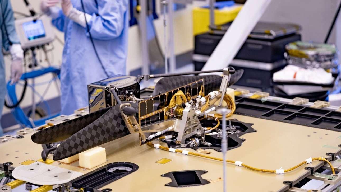 To ταξίδι του drone. Στο Διαστημικό Κέντρο Κένεντι έγινε η τοποθέτηση στο ρόβερ του drone που θα μεταφέρει μαζί του στον Αρη. Η λειτουργία drones σε άλλους κόσμους θεωρείται εξαιρετικά κρίσιμη και πολύτιμη για την εξερεύνησή τους, αφού θα μπορούν να μετακινούνται και να καταγράφουν εικόνες και δεδομένα από σημεία που δεν είναι εύκολο ή είναι επικίνδυνο να πάει κάποιο ρόβερ και αργότερα κάποιος άνθρωπος