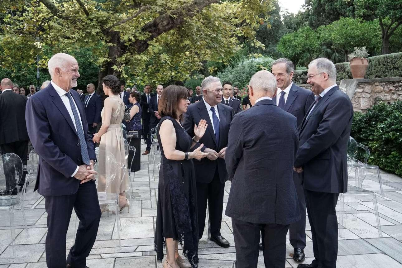 Η Πρόεδρος της Δημοκρατίας Κατερίνα Σακελλαρόπουλου σαν να χαριτολογεί με τους διακεκριμένους συνομιλητές της (Λουκά Παπαδήμο, Αντώνη Σαμαρά, Κωνσταντίνο Τασούλα και Κώστα Σημίτη) - ο Γιώργος Παπανδρέου σαν να θέλει να μπει κι αυτός στην παρέα