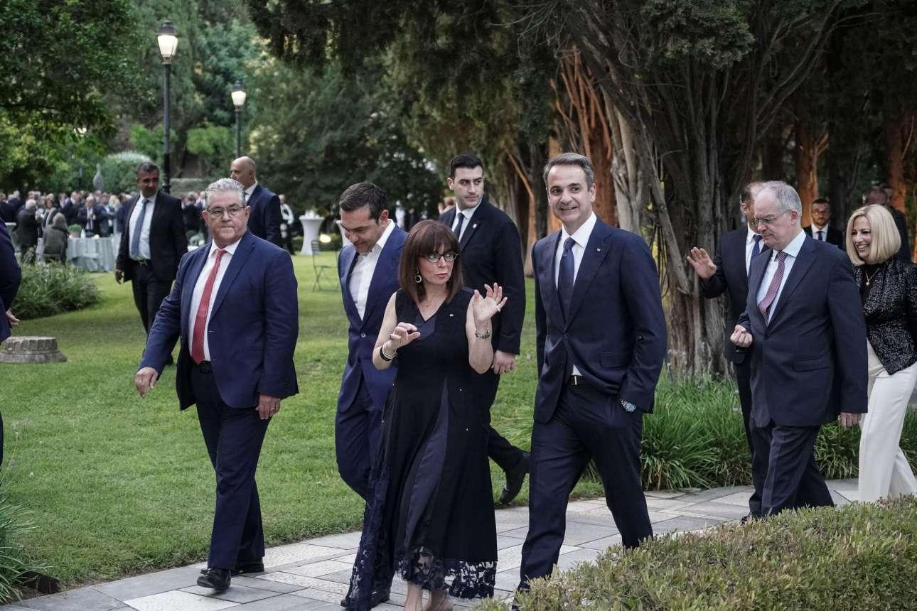 Η Κατερίνα Σακελλαρόπουλου ξεναγεί τους πολιτικούς αρχηγούς στους κήπους του Προεδρικού Μεγάρου