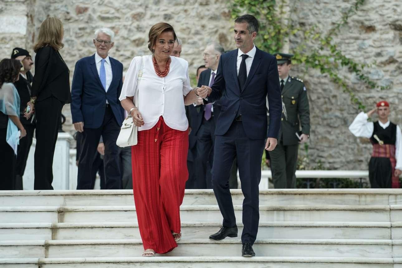 Ο δήμαρχος Αθηναίων Κώστας Μπακογιάννης συνοδεύει τη μητέρα του, βουλευτή της ΝΔ και πρώην δήμαρχο Αθηναίων Ντόρα Μπακογιάννη