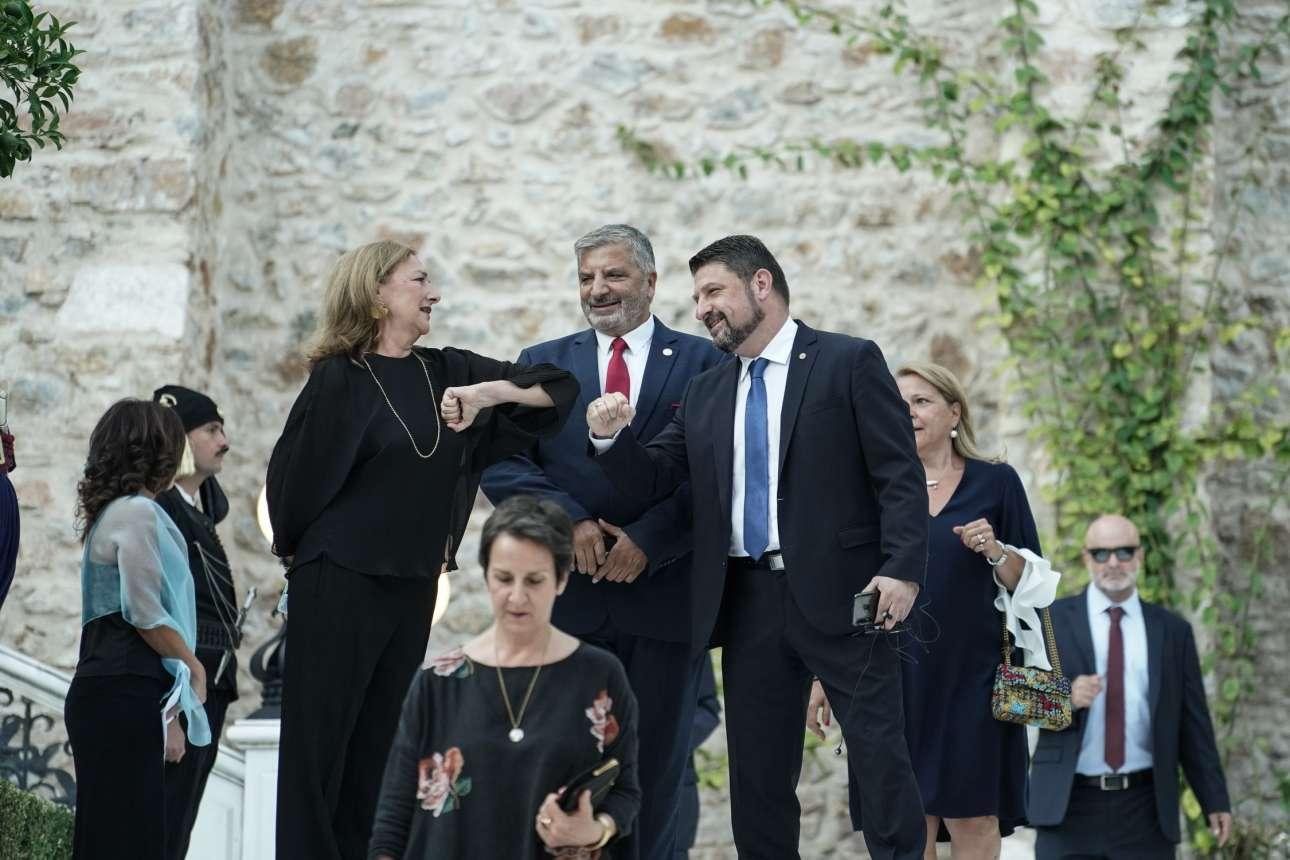 Ενώ η Πελοπόννησος φλέγεται, ο υφ. Πολιτικής Προστασίας Νίκος Χαρδαλιάς πρόλαβε να πάει στο Προεδρικό και να ανταλλάξει τις χειραψίες με τον αγκώνα του κορονοϊού. Όλα αυτά υπό το βλέμμα του περιφερειάρχη Αττικής Γιώργου Πατούλη - χωρίς τη Μαρίνα Πατούλη που θα προσέφερε μια κάποια λάμψη στο πολύ καθώς πρέπει σκηνικό