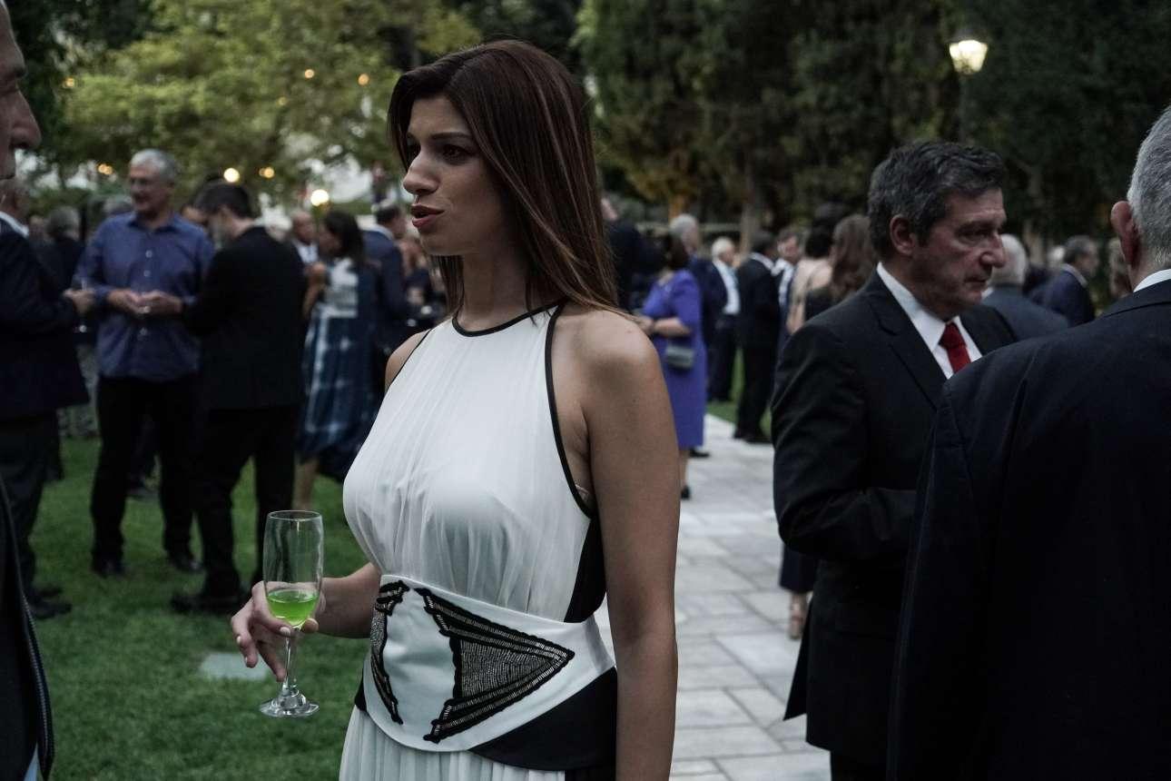 H βουλευτής Θεσσαλονίκης και τομεάρχης Τουρισμού του ΣΥΡΙΖΑ Κατερίνα Νοτοπούλου απολαμβάνει ένα πράσινο κοκτέιλ. Πίσω διακρίνεται ο βουλευτής Επικρατείας του ΚΙΝΑΛ και πρώην δήμαρχος Αθηναίων Γιώργος Καμίνης