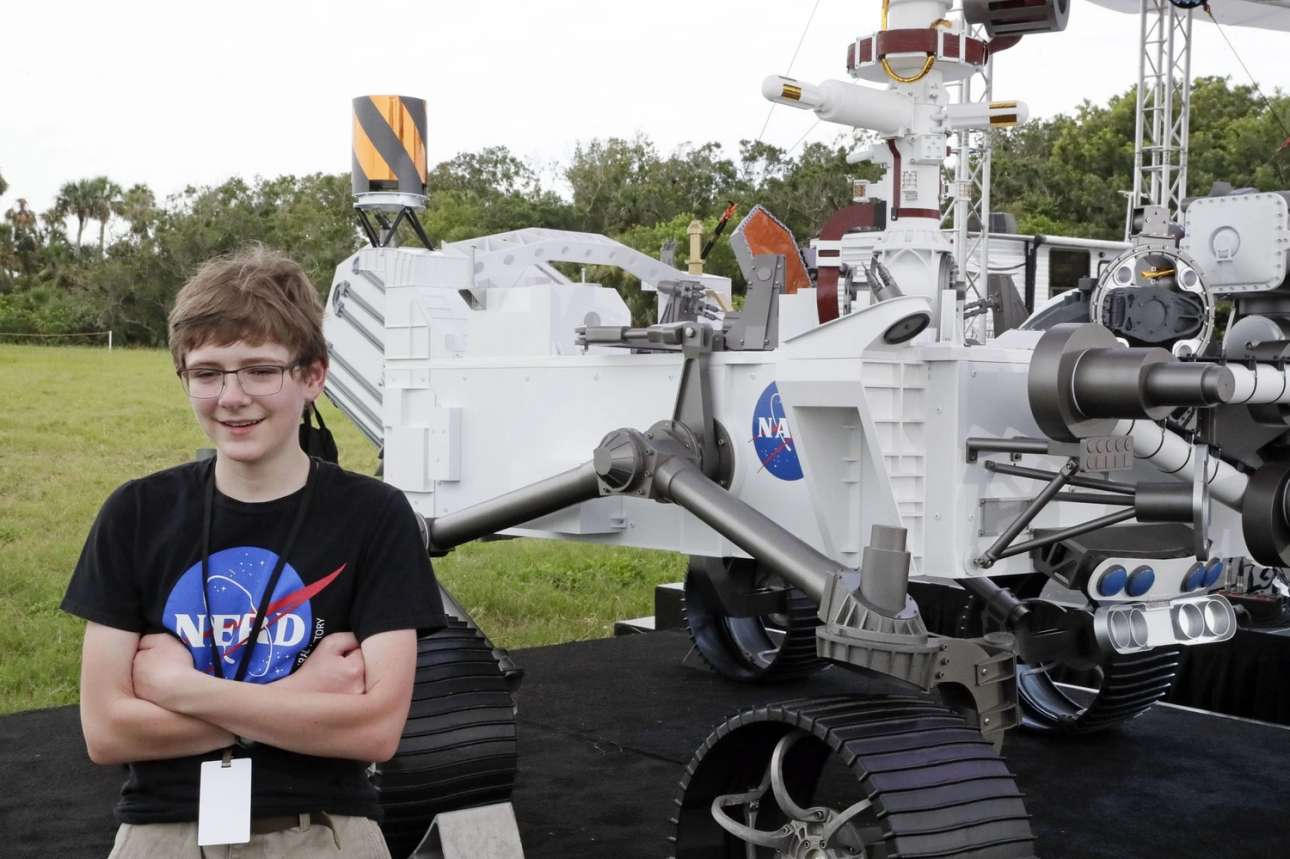 O νονός. O νεαρός Αλεξάντερ Μάθερ από τη Βιρτζίνια φωτογραφίζεται σε μια ρεπλίκα του ρόβερ που ταξιδεύει στον Αρη. Η NASA διοργάνωσε ένα δημόσιο διαγωνισμό, ζητώντας προτάσεις για το όνομα του ρομπότ και το Perseverance (επιμονή) που πρότεινε ο Μάθερ ήταν αυτό που επέλεξε η Αμερικανική Διαστημική Υπηρεσία